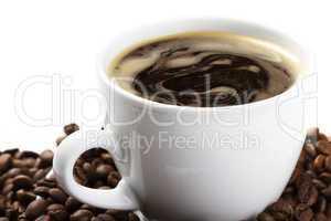 kaffeetasse mit kaffee und bohnen schräg