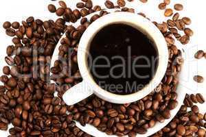 kaffeetasse mit kaffeebohnen von oben
