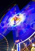 Karusell blau Riesenrad im Hintergrund