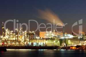 Industrie im Hamburger Hafen bei Nacht
