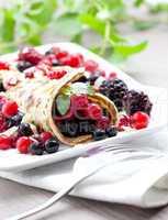 frischer Eierkuchen mit Beeren / fresh pancake with berries
