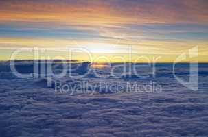 Farbenpracht beim Sonnenuntergang über den Wolken