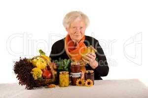 Rentnerin mit Marmelade