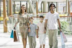 Familie beim Shoppen