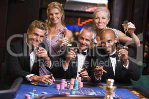 Drei Männer und zwei Frauen am Roulettetisch