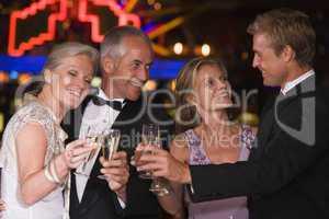 2 Paare feiern Sylvester und prosten sich zu