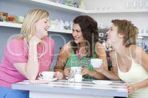 Drei Frauen trinken Kaffee