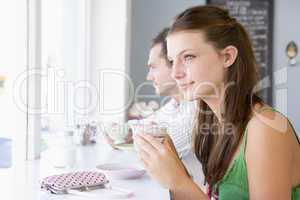 Ein junges Pärchen sitzt im Cafè