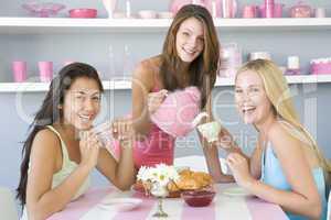 Drei junge Frauen beim Frühstück
