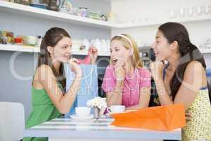 drei Frauen im Cafe