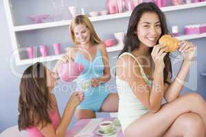 Drei Frauen sitzen beim Frühstück