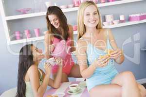 Drei Frauen beim Frühstück