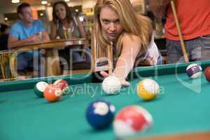 Eine Frau spielt Billard