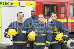 Ein Feuerwehr Team steht vor einem Löschfahrzeug