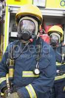 Zwei Feuerwehrmänner in Atemschutzanzügen