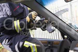 Ein Feuerwehrmann verwendet eine hydraulische Schere