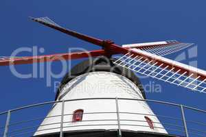 Windmühle vor blauem Himmel