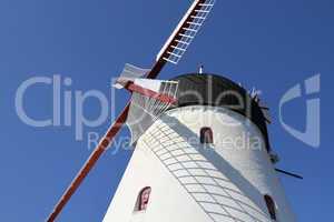 Windmühle im Sonnenlicht