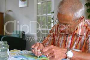 Senior beim malen