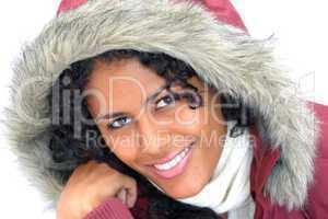 lächelnde latino Frau mit Winterjacke