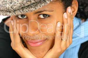 lächelnde latino Frau mit Kappe und Schal