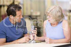 Eine ältere Frau  trainiert ihre Handmotorik