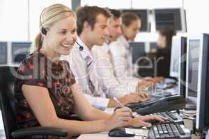 Mitarbeiterin eines Callcenters