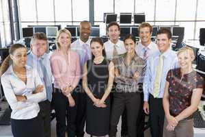 Gruppenbild von Kollegen in einem großen Büro