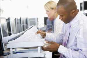 Junger Mann mit dunkler Haut sitzt am Schreibtisch