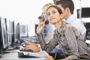 Junge Frau mit anderen vor einem Bildschirm