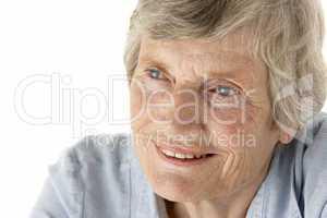 Ältere Frau mit blauen Augen und grauen Haaren