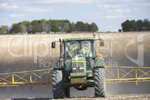 Ein Bauer düngt seine Felder