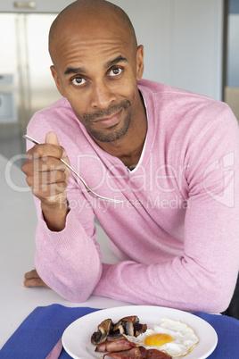 Mann sitzt vor einem gemischten Teller