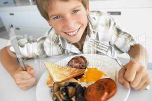 Ein Junge isst zu Mittag einen gemischten Teller