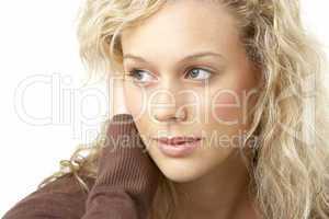Junge, hübsche Frau mit langen, blonden Haaren.