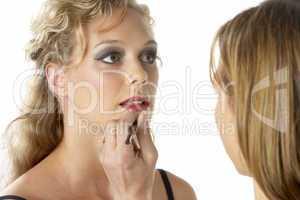 Junge Frau wird geschminkt