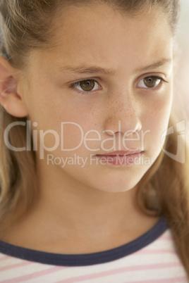 Mädchen mit dunkelblonden langen Haaren