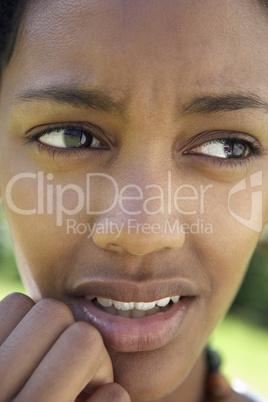 Mädchen mit dunkler Haut schaut besorgt