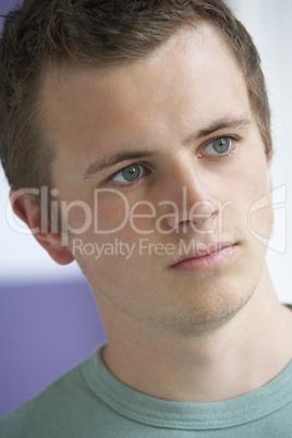 Junger Mann mit braunen Haaren und blaue Augen