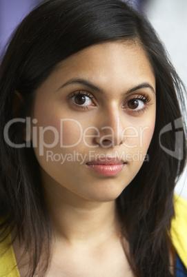 Junge Frau Mit Schwarzen Langen Haaren Lizenzfreie Bilder Und Fotos