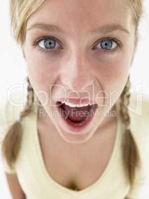 Mädchen mit rötlichen Zöpfen und aufgerissenen Augen