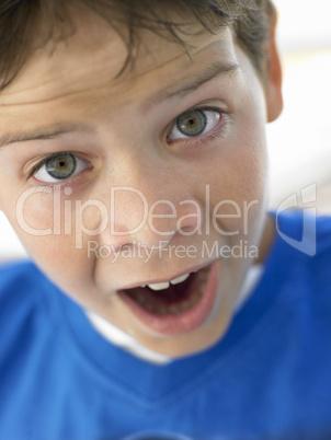 Kleiner dunkelhaariger Junge reißt seine augen auf
