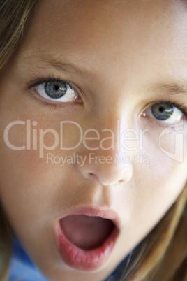 Kleines dunkelblondes Mädchen mit erstaunten Blick