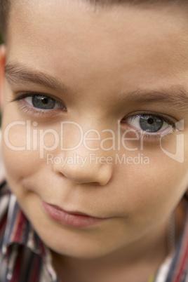 Kleiner Junge mit ausgekochten Blick