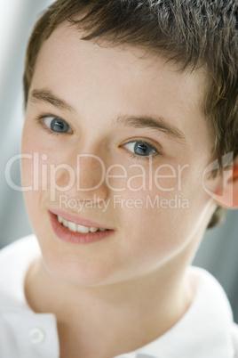 junge braune haare blaue augen