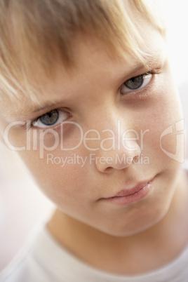 Blonder Junge mit trotzigen Blick