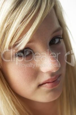 Schönes Mädchen mit langen blonden Haaren