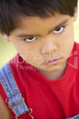 Kleiner schwarzhaariger Junge mit bösen Blick