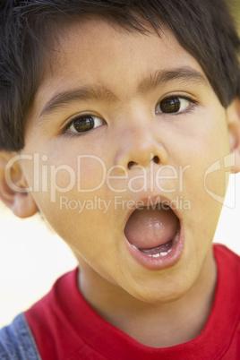 Kleiner schwarzhaariger Junge mit weit geöffneten Mund