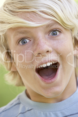 Blonder Junge mit weit aufgerissenen Mund
